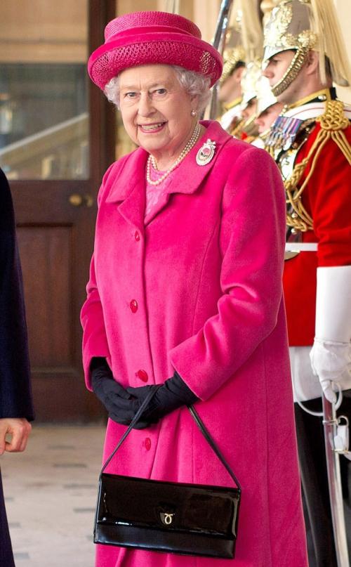 Nữ hoàng Anh chung thủy với duy nhất một dòng túi hiệu
